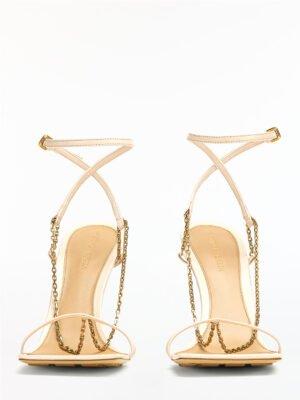 Kremowe sandałki z ozdobnym łańcuszkiem